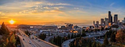Horizon du centre et gratte-ciel de Seattle au delà de l'échange d'autoroute d'I-5 I-90 au coucher du soleil en automne avec le f photographie stock libre de droits