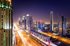 Horizon du Dubaï de nuit étonnante et embouteillage du centre pendant l'heure de pointe Route zayed par cheik, Dubaï, Emirats Ara Image libre de droits