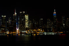 Horizon du Midtown NY la nuit Photo stock