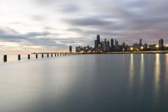 Horizon du ` s de Chicago pendant un lever de soleil foncé Image stock