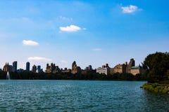Horizon du sud de Central Park de lac central Park à New York City image libre de droits