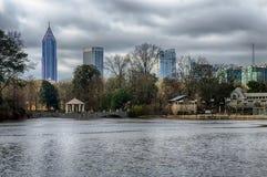 Horizon en bezinningen van uit het stadscentrum Atlanta, Georgië in Meer Meer stock fotografie