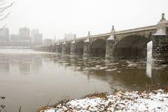 Horizon en Marktstraatbrug over Susquehanna-Rivier in Harri Stock Fotografie