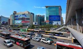 Horizon en verkeer bij Zhongguancun-gebied Peking, China Stock Foto's