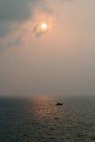 Horizon et bateau de coucher du soleil Photos stock