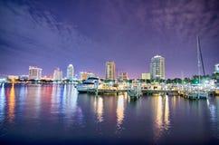 Horizon et bord de mer de ville de St Petersburg la Floride la nuit image stock