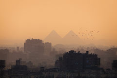 Horizon et pyramides de ville du Caire images libres de droits