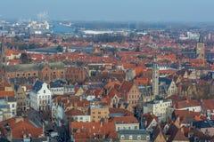 Horizon fantastique de ville de Bruges avec les toits carrelés rouges, la tour et des moulins à vent de loge de Poortersloge Burg photos stock
