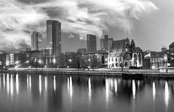Horizon in Frankfurt-am-Main in vroege zeventigste in de laatste eeuw zonder de beroemde wolkenkrabberhorizon royalty-vrije stock fotografie