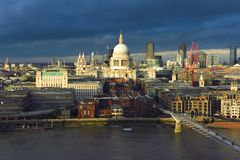 Horizon orageux de Londres au-dessus de la Tamise Image stock