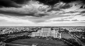 Horizon panoramique de ville de Bucarest en Roumanie, ver noir et blanc images stock