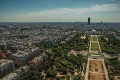 Horizon, parc de Champ de Mars et bâtiments sous le ciel bleu, vu de Tour Eiffel à Paris Photographie stock