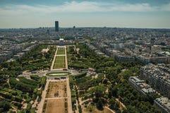 Horizon, parc de Champ de Mars et bâtiments sous le ciel bleu, vu de Tour Eiffel à Paris Image libre de droits