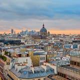 Horizon parisien avec l'église de Saint-Augustin au coucher du soleil Image stock