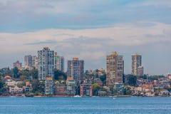 Horizon résidentiel de maisons au bord de Sydney Harbour, Australie image stock