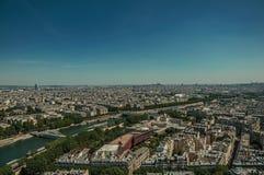 Horizon, rivière la Seine, verdure et bâtiments sous le ciel bleu, vu de Tour Eiffel à Paris Images stock