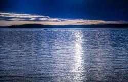 Horizon sur le lac bleu Photographie stock libre de droits