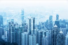 Horizon urbain moderne Télécommunications mondiales et mise en réseau Cyberespace dans la grande ville Données ultra-rapides et c image libre de droits
