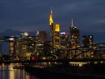 Horizon van bedrijfsgebouwen bij zonsondergang in Frankfurt, Duitsland Stock Fotografie