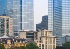 Horizon van bedrijfsgebouwen in Frankfurt, Duitsland, in morn Royalty-vrije Stock Fotografie