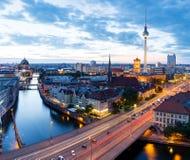 Horizon van Berlijn bij nacht Stock Foto's