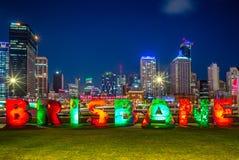 Horizon van Brisbane met het teken van g20 Brisbane bij Zuidenbank stock fotografie