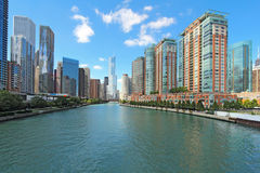 Horizon van Chicago, Illinois langs de Rivier van Chicago Stock Foto
