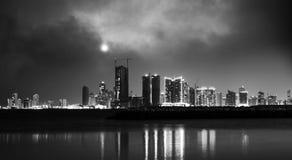 Horizon van de nacht de moderne stad Manama, de Hoofdstad van Bahrein Stock Fotografie
