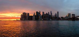 Horizon van de Stad van New York bij zonsondergang Royalty-vrije Stock Foto's