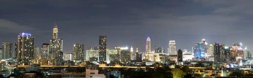 HORIZON VAN DE STADScentrum VAN BANGKOK BIJ NACHT, THAILAND Royalty-vrije Stock Foto
