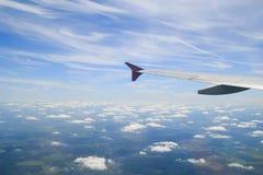 Horizon van de wolken de blauwe hemel en vliegtuigvleugel Stock Afbeelding