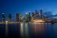 Horizon van het Financiële District van Singapore bij Schemer Stock Afbeelding