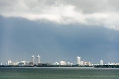 Horizon van het Zuidenstrand van Miami de stad in wordt gezien die van Stock Afbeeldingen