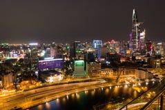 Horizon van Ho Chi Minh-stad 's nachts met slepen van lichten, Viet Stock Afbeeldingen