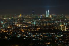 Horizon van Kuala Lumpur-stad bij nacht, mening van Jalan Ampang in Kuala Lumpur, Maleisië royalty-vrije stock foto's