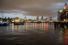 Horizon van Londen bij nacht Stock Afbeeldingen
