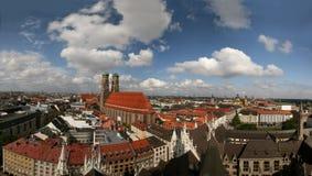 Horizon van München (Duitsland) en Frauenkirche Stock Afbeeldingen