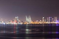 Horizon van Manama bij nacht, Bahrein Stock Foto