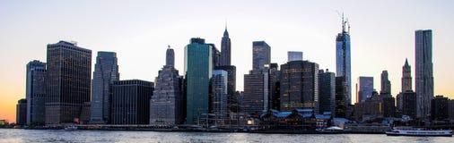 Horizon van Manhattan bij zonsondergang, aan nacht wordt gesloten die De mening van Nice sinds Brooklyn stock afbeelding