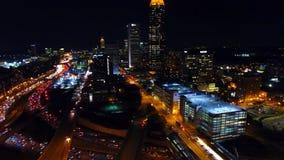 Horizon van nacht Atlanta met snelweg, uitwisselingen, koplampen, backlights antenne van de nacht aan:steken-omhoog de stad in bi stock footage