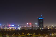 Horizon van Nieuw die Belgrado Novi Beograd 's nachts van de Kalemegdan-vesting wordt gezien stock fotografie