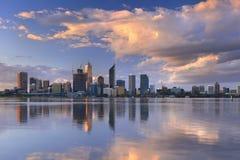 Horizon van Perth, Australië bij zonsondergang Royalty-vrije Stock Foto's