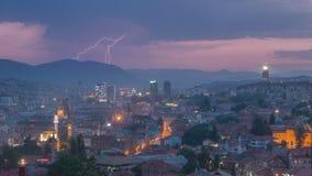 Horizon van Sarajevo bij schemer tijdens spectaculaire onweersbui Stock Foto's