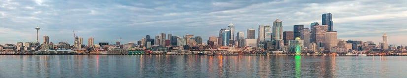 Horizon van Seattle in de avond Stock Fotografie