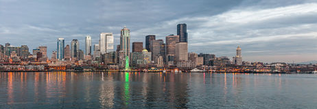 Horizon van Seattle in de avond Royalty-vrije Stock Afbeeldingen