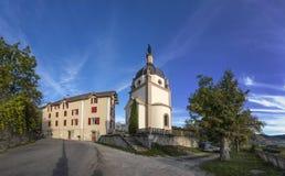 Horizon van Seyne les Alpes met kapel Stock Foto