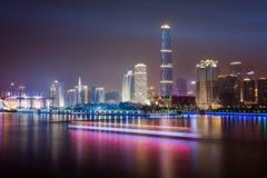 Horizon van stad bij nacht stock afbeeldingen
