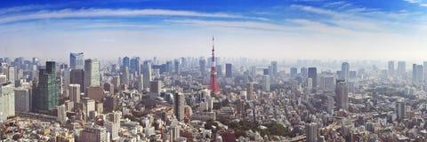 Horizon van Tokyo, Japan met de hierboven Toren van Tokyo, van Stock Afbeeldingen