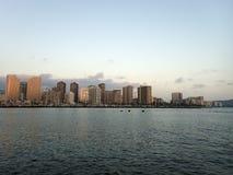 Horizon van Waikiki bij zonsondergang of schemer met jachten en boten in Al Stock Afbeeldingen