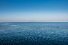 Horizon vide minimaliste avec la surface et le ciel ondulés de l'eau ci-dessus Images libres de droits